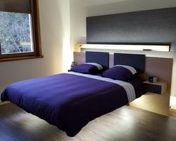 Menica Menuiserie - Buding - Mobiliers. Lit suspendu Avoir la sensation de planer n'est plus un rêve. Structure du lit suspendu. Décor de tête de lit en panneaux bois avec différents reliefs.