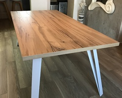 Sancy - Menica Menuiserie Table plateau en chêne craquelé et pieds en acier laqué blanc