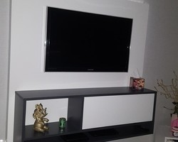 Thionville - MENICA - Meuble TV fixé sur panneau habillage mural en bois