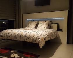 Thionville - MENICA - Lit suspendu fixé sur tête de lit en panneau bois