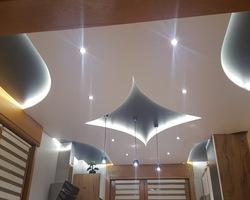 Menuiserie MENICA - Réalisation d'un plafond en panneaux de bois et lumineux : photo fin des travaux