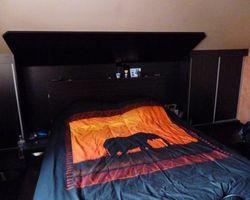 Aménagement tête de lit avec placard sous pente