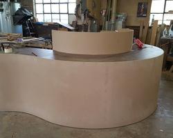Menuiserie MENICA Buding - Création d'un gabarit en nos ateliers afin de pouvoir réaliser cette forme arrondie.